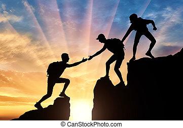 bergen, silhouette, helpen, twee, obstakel, klimmers, een ander, klimmer, overwinnen