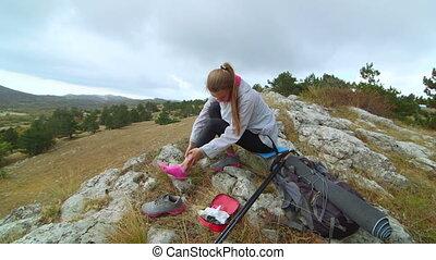 bergen, vrouw, pijn, wandelende, jonge, uitrusting,...