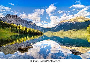 bergketen, en, bewateer weerspiegeling, smaragdgroen meer, rotsachtig, mountai