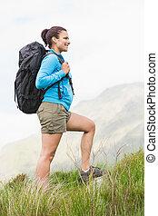 bergopwaarts, wandelaar, wandelende, schooltas, aantrekkelijk