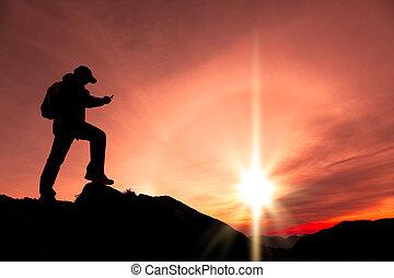 bergtop, jonge, telefoon, gebruik, smart, man