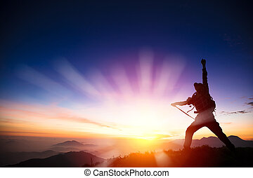bergtop, man, zonopkomst, schouwend