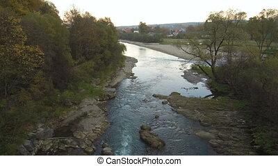 bergtop, vliegen, luchtopnames, river., bos, op, drone:, aanzicht