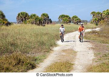 berijdende fietsen, ouwetjes, strand