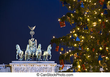 berlin brandenburg gate with christmas tree at night