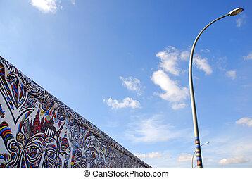 berlin vägg, med, graffiti, och blåa, sky
