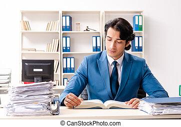 beschäftigtes büro, sitzen, junger, angestellter, hübsch