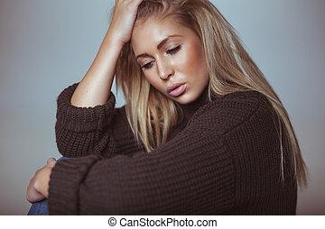 beschouwend, jonge vrouw , in, trui