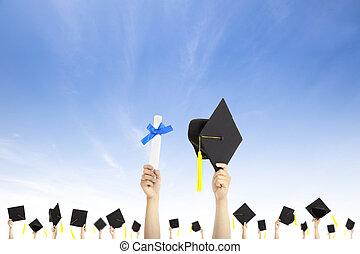 besitz, bescheinigung, hüte, diplom, studienabschluss, hand, hintergrund, wolke