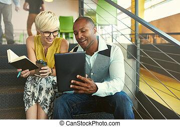 besitzer, arbeitende , geschaeftswelt, treppenaufgang, sitzen, medien, tablette, zwei, kreativ, während, millenial, digital, klein, gebrauchend, strategie, sozial