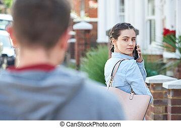 beslopen, vrouw, helpen, tijdens, wezen, jonge, telefoon, roepende, beweeglijk, straat, stad, man