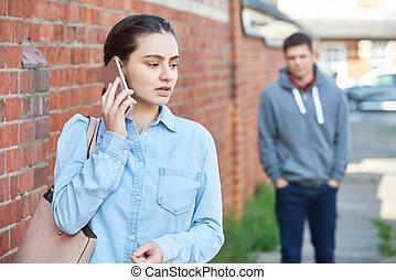 beslopen, vrouw, helpen, tijdens, wezen, telefoon, roepende, beweeglijk, straat, stad, man