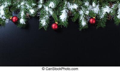 besneeuwd, kerstmis, takken, met, rood, versieringen, op, zwarte achtergrond