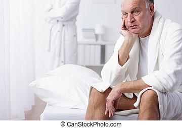 besorgt, älterer mann