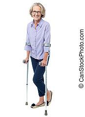 bespectacled, oude vrouw, wandelende, met, krukken