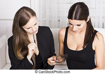 besprechen, zwei, geschäftsfrauen