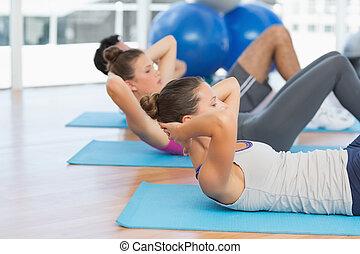 bestämd, folk, gör, sitt ups, in, fitness, studio