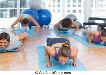 bestämd, folk, gör, trycka, ups, in, fitness, studio