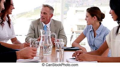 beszéd, emberek, gyűlés, közben