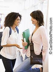 beszélgető, diákok, két, folyosó, egyetem területe, nők