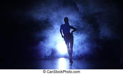 betäuben, m�dchen, tanzen, in, der, lateinamerikanisch, style., dunkler hintergrund