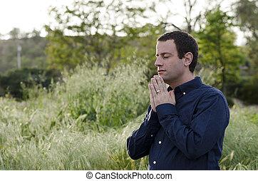 beten, mann, draußen, in, a, grasbedeckt, field.
