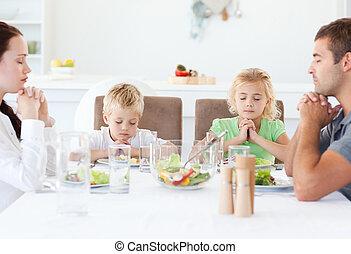 beten, während, porträt, zusammen, familie, mittagstisch