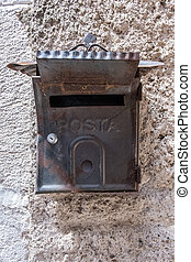 beton- közfal, fém, kopott, postaláda, háttér., durva
