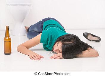 betrunken, frau, liegen, auf, toilette, floor., black-haired, m�dchen, eingeschlafen, auf, toilette, fliese, mit, flasche