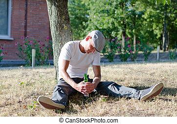 betrunken, mann, greifen, a, flasche, von, alkohol