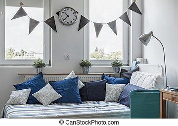 bett unter fenster excellent bett unter dachschrge graue wand kleine fesnter boden aus weiem. Black Bedroom Furniture Sets. Home Design Ideas
