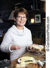 beurre, enduisage, femme, pain, morceau