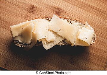 beurre, sandwich fromage, couper, bois, dur, planche découper, fraîchement, cuit, pain seigle