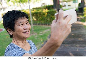 bevétel, senior woman, selfie