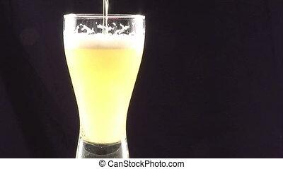bevoorraden beeldmateriaal, -, gieten, bier, in, een, glas