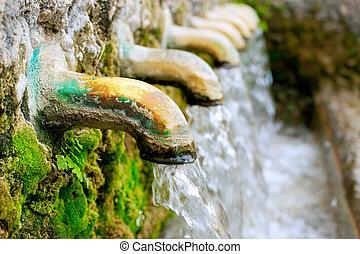 bewateer bron, messing, fontijn, lente