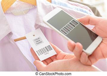 beweeglijk, onderzoeken nauwkeurig, vrouw, streepjescode, telefoon