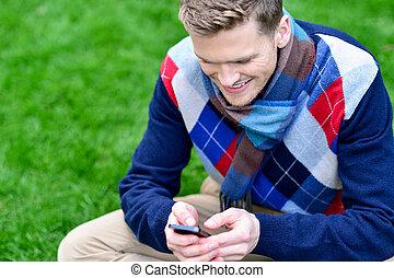beweeglijk, park, telefoon, gebruik, glimlachende mens, vrolijke