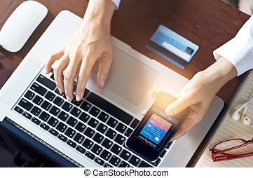 beweglich, zahlungen, mann, gebrauchend, beweglich, zahlungen, und, kreditkarte, für, on-line einkäufe, m-banking, alles, auf, beweglich, schirm, ar, design, auf