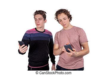 bewegliche telephone, aus, maenner, freigestellt, junger, zwei, hintergrund, porträt, gebrauchend, weißes, glücklich