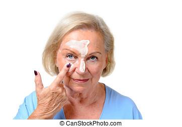 bewerben, attraktive, blond, älter, dame, kosmetikartikel