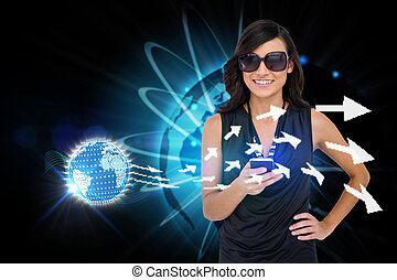 bezaubernd, brünett, pfeile, smartphone, gebrauchend, erde