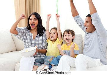 bezaubernd, geschwister, eltern, ihr, aufpassender fernsehapparat