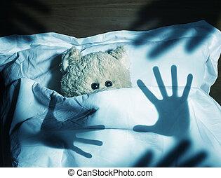 bezaubernd, teddybär, legen bett, erschrocken