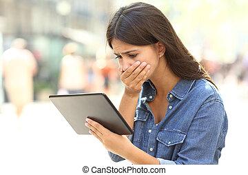 bezorgd, girl lezen, online nieuws, in, een, tablet
