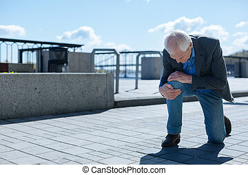 bezorgd, hogere mens, hebben, problemen, met, knie, buitenshuis