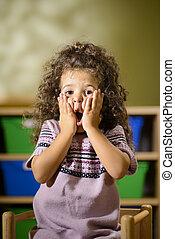 bezorgd, kind, met, monding openen, in, kleuterschool