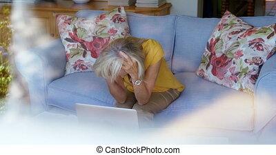 bezorgd, oude vrouw, zitten op sofa, 4k