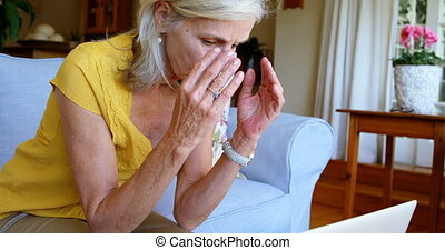 bezorgd, oude vrouw, zitten op sofa, thuis, 4k