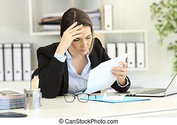 bezorgd, uitvoerend, lees een brief, op, kantoor